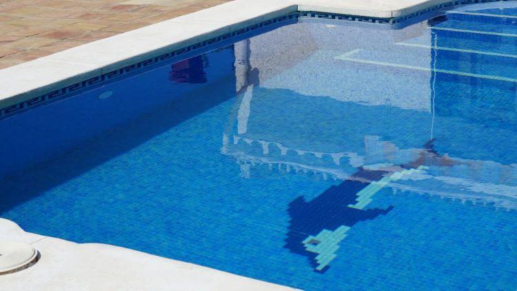 El agua de una piscina salada, ¿es apta para beber? - AlertaTierra.com