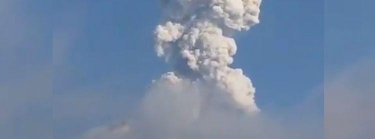 Caída de cenizas volcánicas tras tras la erupción del volcán Merapi (Indonesia).
