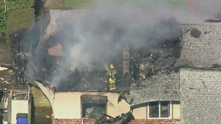 Piloto muere al estrellarse su avión contra una vivienda en Upland (Estados Unidos)