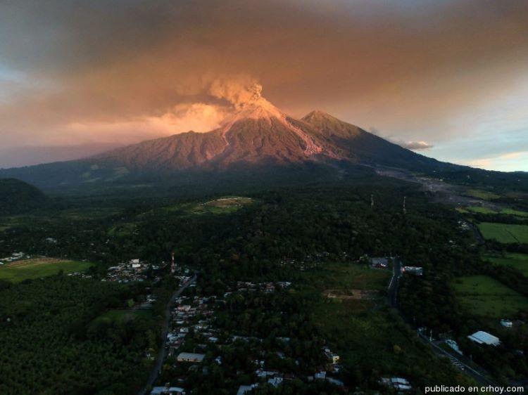 Potente erupción del volcán Santa María y virulenta actividad en el volcán de Fuego (Guatemala)