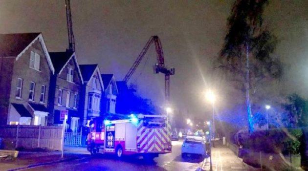 Grúa enorme cae contra un edificio en Londres por el fuerte viento (Reino Unido)
