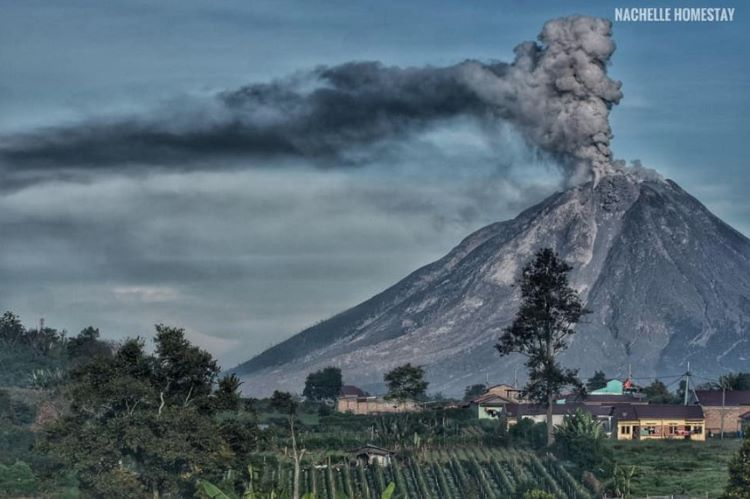 Erupción de alto nivel en el volcán Sinabung: ceniza volcánica alcanza 12,9 kilómetros/40.000 pies (Indonesia)