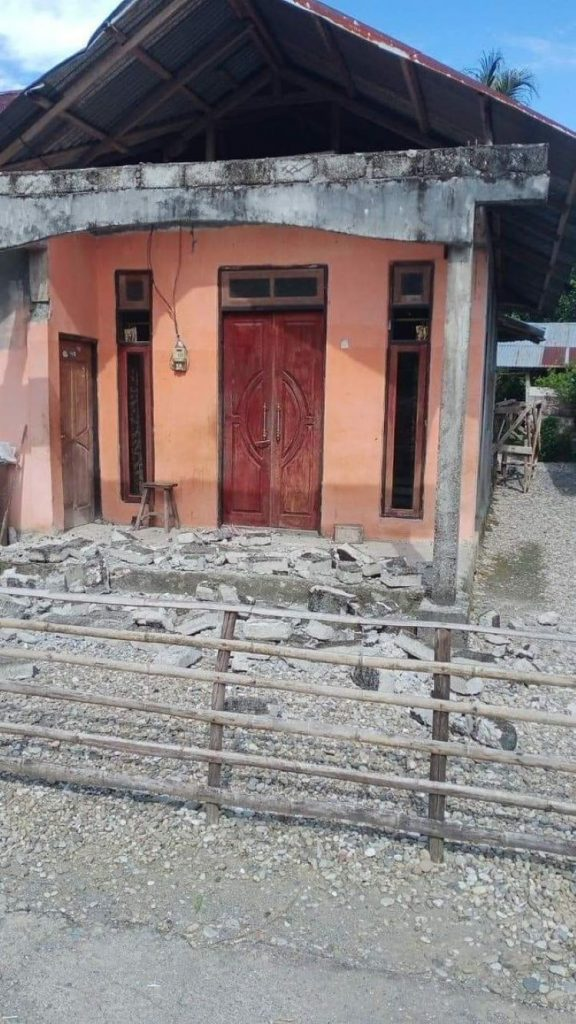 Tsunami y daños tras potente terremoto de 6,1 grados en Indonesia