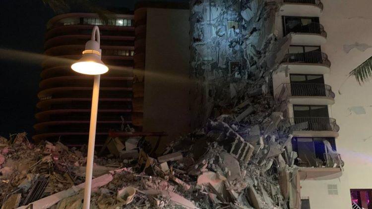 ¡Atención! Derrumbe parcial de un edificio cerca de Miami Beach. Cientos de rescatadores han acudido al lugar (Estados Unidos)