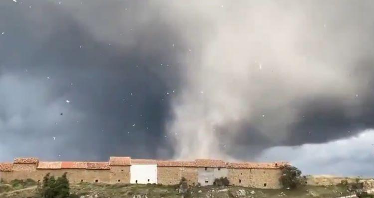 Inusual tornado sorprende a los vecinos de Vilafranca del Cid, en Castellón (España)