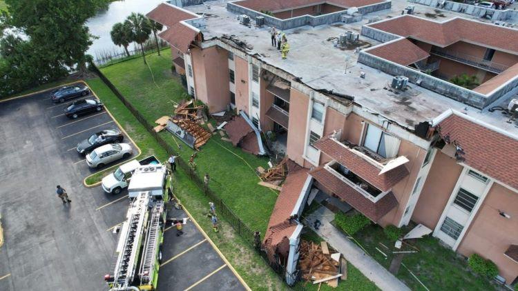 Evacúan un edificio en la zona de Miami tras derrumbarse el tejado (Estados Unidos)