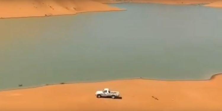 Lago formado en un desierto en la frontera entre Arabia Saudí y Omán